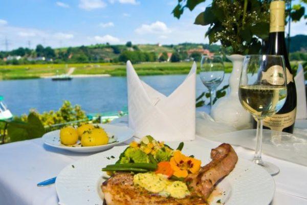 kotlett-vom-meissner-landschwein-serviert-auf-meissener-porzellan